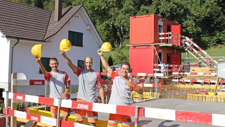 Manuel Weber, Janis Goël und Manuel Uehlinger (v.l.) auf der Lehrlingsbaustelle. ho