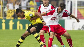 Kein Durchkommen für Dortmunds Aubameyang (l.).