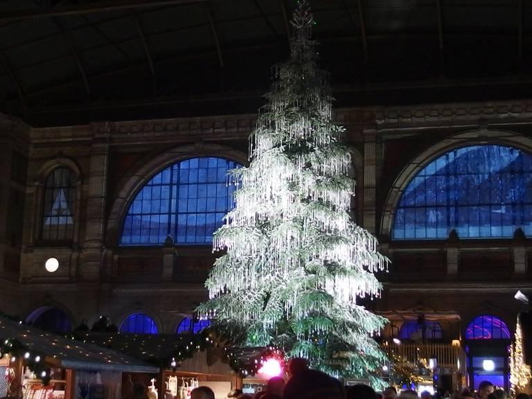 Neben den Dorfplätzen gibt es auch im Bahnhof Weihnachtsmärkte.