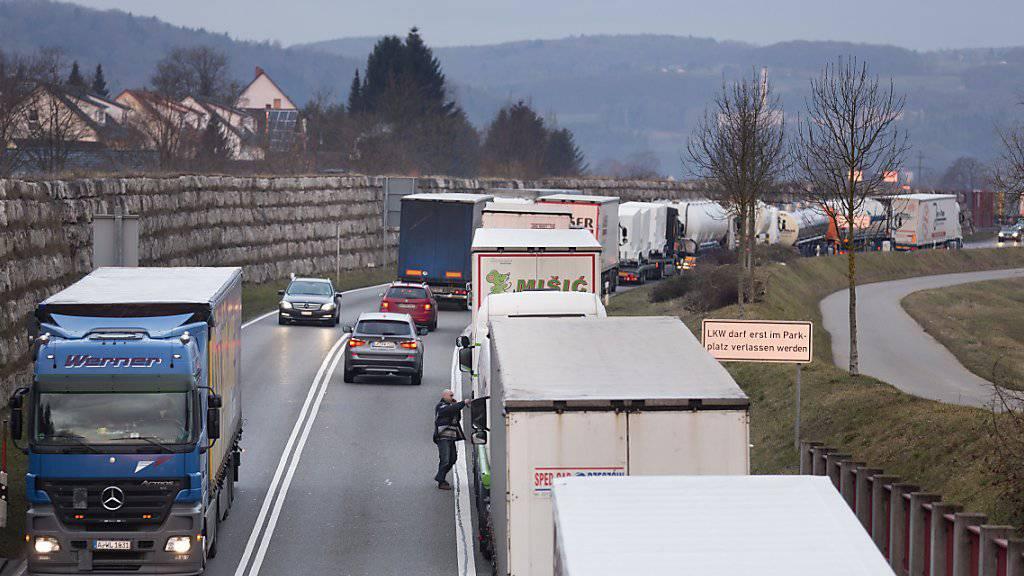 Lastwagen im Stau auf dem Weg von der Schweiz nach Deutschland. Deutschland ist für die Schweiz auch 2016 der wichtigste Handelspartner geblieben. (Archiv)