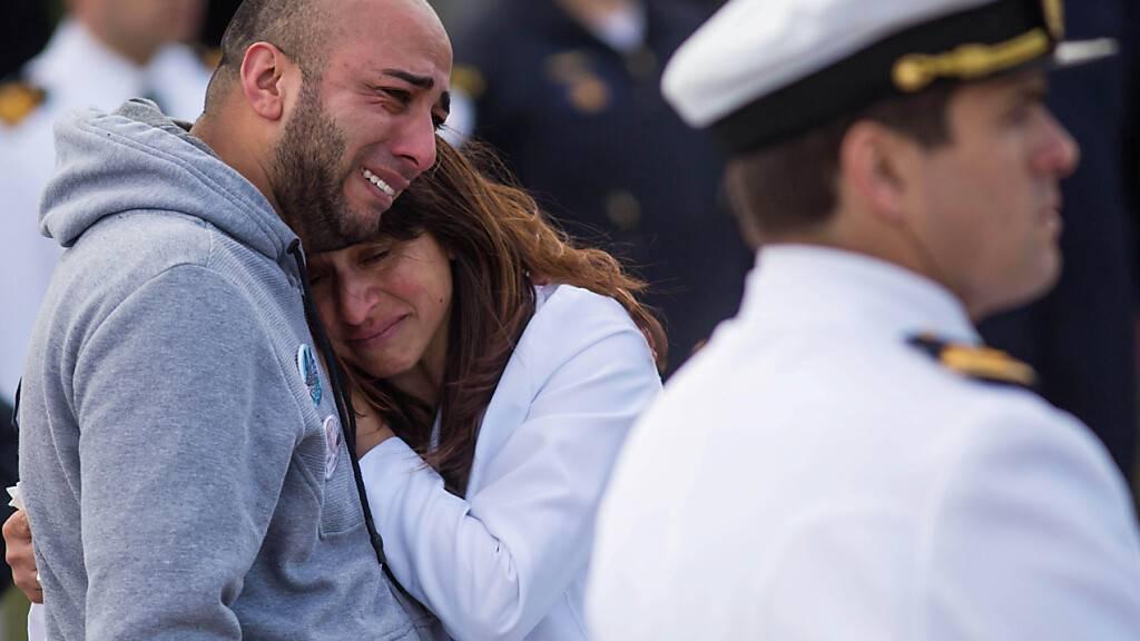 HANDOUT - Angehörige verunglückter Soldaten trauern, nachdem da U-Boot «Ara San Juan» mit 44 Seeleuten an Bord auf der Fahrt von Ushuaia nach Mar del Plata an der Atlantikküste verschwunden war. Die Justiz hat Ermittlungen gegen den ehemaligen Präsident Macri wegen Spionagevorwürfen eingeleitet. Foto: ---/telam/dpa - ACHTUNG: Nur zur redaktionellen Verwendung und nur mit vollständiger Nennung des vorstehenden Credits