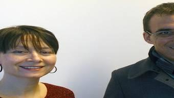 Parteipräsident Marco Crivelli überreicht Caroline Dagli den Preis der CVP Pendlerumfrage