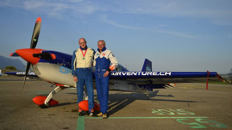 Kunstflugpilot Isidor von Arx (links) und der Eigentümer des Flugzeugs, Christoph Meyer vor der «Extra 330 SC».