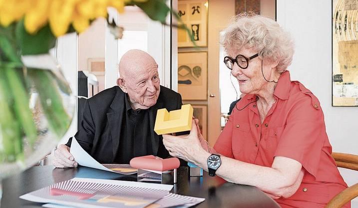 Auch im hohen Alter noch voller Tatendrang: Designerpaar Trix und Robert Haussmann. Bild: Andreas Zimmermann