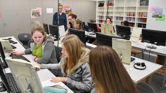 Die Bez-Schüler arbeiten an ihren Projekten und sagen, was sie dabei besonders herausfordernd finden – Initiantin Michèle Bachmann sagt, warum es um Stress und Burnout geht.