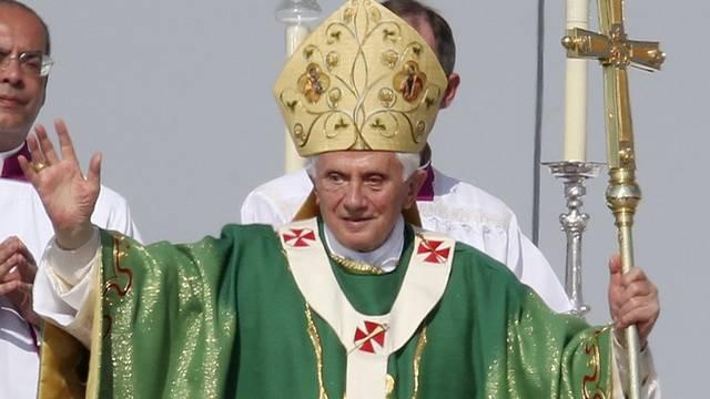 Der Papst segnet in Freiburg die Gläubigen