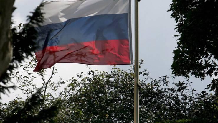 Die russische Flagge weht im Garten der Botschaft in London: Nach eigenen Angaben hat Russland Probleme, Visa für seine Diplomaten in Grossbritannien zu erhalten. (Archivbild)
