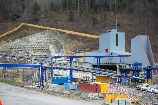 Rechts der bestehende Tunnel und links die neue Baustelle am Südportal des Belchentunnels