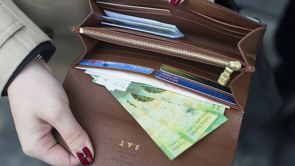Mehr Geld im Portemonnaie - das freut die Aktionäre. Die CS warnt aber: Möglicherweise müssen Geldgeber deshalb bald mit einer schlechteren Zahlungsfähigkeit rechnen. (Symbolbild)