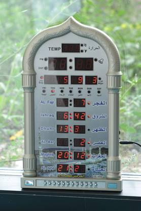 Diese Uhr zeigt die unterschiedlichen Gebetszeiten an.