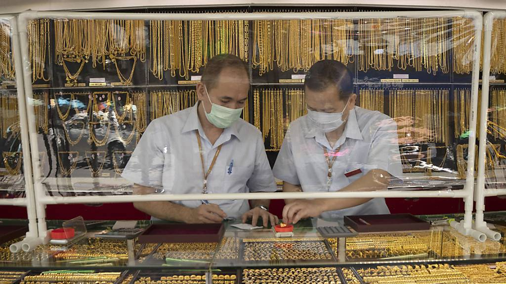 Der Goldpreis ist gestiegen: Juweliere mit Goldschmuck in Thailand vor rund einer Woche.