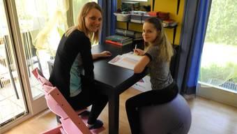 Gerechnet wird im Lehrmittel der Schule: Carina Bräm unterrichtet ihre Tochter Jelina zu Hause. mf