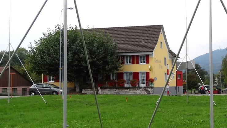 Der Bauplatz für das geplante Mehrfamilienhaus in Sisseln, im Hintergrund die «Pinte».