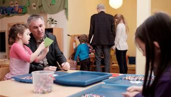 Bildungsdirektor Alex Hürzeler bei einem Kindergartenbesuch.