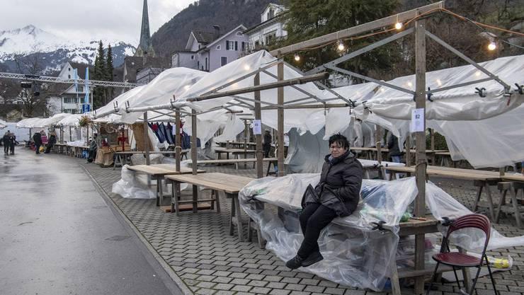 Ein Wintersturm zog am Samstag mit gegen 100 Stundenkilometern über die Zentralschweiz und verursachte viele kleine Schäden wie hier beim Stanser Weihnachtsmarkt.
