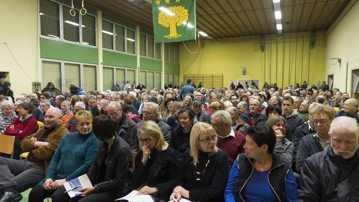 Adressen-Knatsch: Über 500 Bürgerinnen und Bürger der Gemeinde Boezberg nehmen an der ausserordentlichen Gemeindeversammlung teil