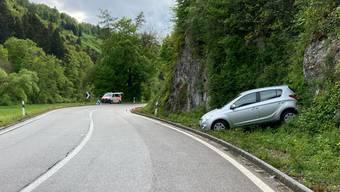 Am Fahrzeug entstand erheblicher Sachschaden. Ein Abschleppunternehmen musste es abtransportieren.