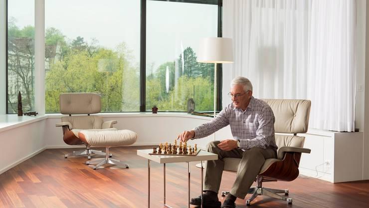 Walter Hugentobler geniesst die neue Wohnlage an der Limmat mit Blick auf das Bäderquartier, den Concierge-Dienst und den Spa im Haus. alex spichale