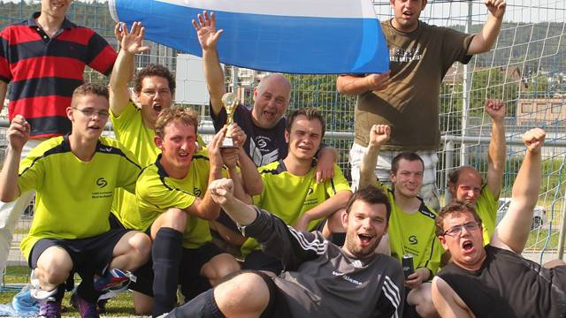 Holland gewinnt den Pokal: Insieme Rorschach feiert den Finalsieg gegen Arwo Stars Wettingen.Otto Lüscher