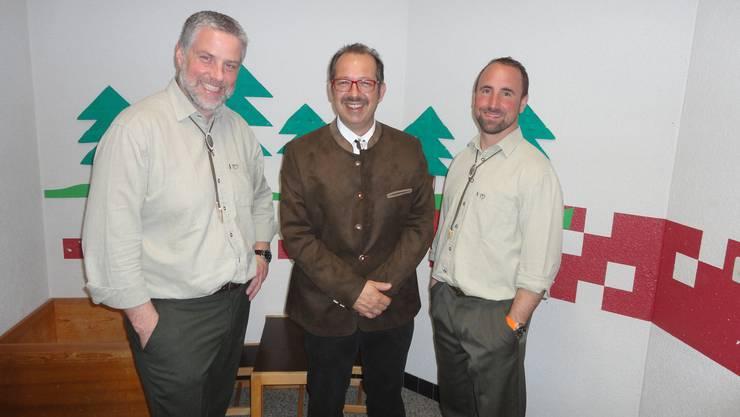 Philipp Stampfli (links) ist der Nachfolger von Sascha Rütti (rechts) als Obmann der Bläsergruppe Thal. In der Mitte der Präsident der Vereinigung der Thaler Jagdvereine, Peter Wäfler, Laupersdorf.