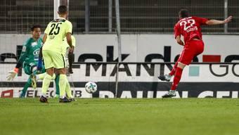 Karim Gazzetta (Winterthur) schiesst gegen Torhüter Steven Deana und Stevan Lujic (Aarau) das Tor zum 1:0.