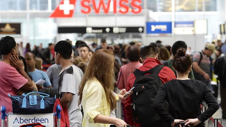 Schlangestehen vor dem Check-in-Schalter: Der Flughafen Zürich hat Computerprobleme.