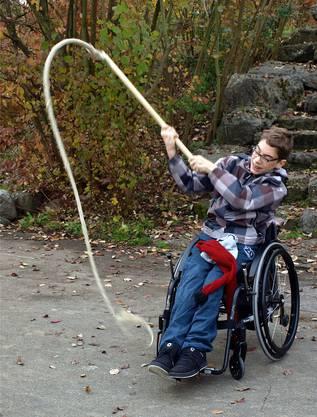 Andrin macht das Klöpfen Spass – er kann die Geissel auch sitzend knallen lassen.