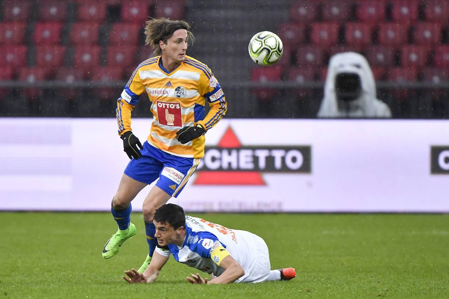 FCL-Spieler Hekuran Kryeziu (stehend) am Ball gegen GC-Mann Marko Basic.