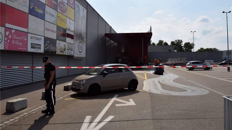 Der Tatort kurz nach dem brutalen Messerangriff: Der abgesperrte Parkplatz des a1-Centers wird nach Spuren untersucht und von Angriffsspuren gereinigt. fup