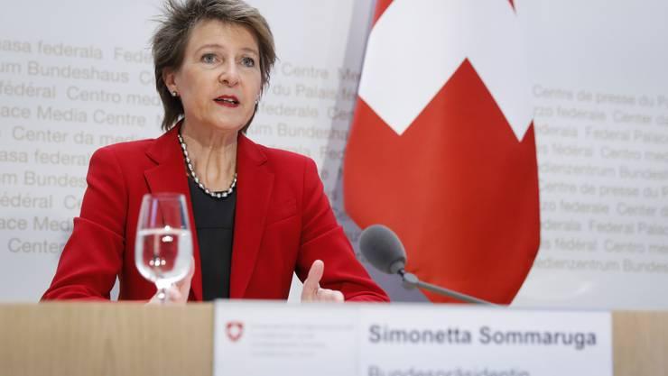 Bundespraesidentin Simonetta Sommaruga spricht waehrend einer Medienkonferenz des Bundesrates ueber die Situation des Coronavirus, am Mittwoch, 8. April 2020 in Bern. (KEYSTONE/Peter Klaunzer)