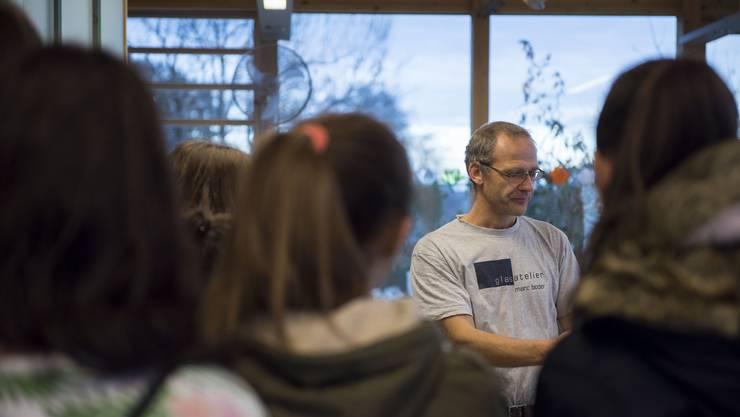 Marc Boder vom Glasatelier erklärt den Schülerinnen sein Metier