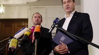 Die CSU und die Freien Wähler haben sich auf die Bildung einer Regierungskoalition in Bayern geeinigt. Im Bild CSU-Ministerpräsident Markus Söder (r.) und der Chef der Freien Wähler, Hubert Aiwanger. (Archiv)