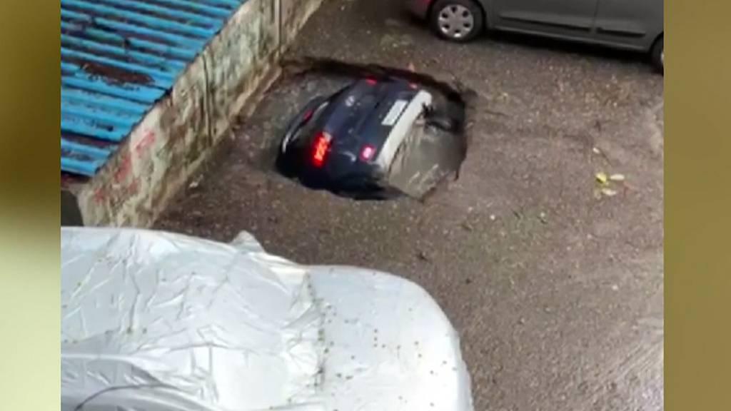 Auto wird von Wasserloch verschluckt
