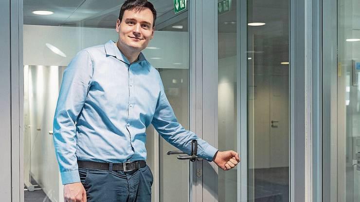 Mit genialen Ideen will er das Virus bekämpfen: CEO Dominik Solenicki zeigt die korrekte Anwendung des freihändigen Türöffners.