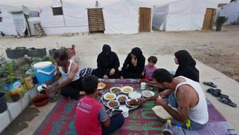 Syrische Flüchtlingsfamilie beim Essen in einem Lager (Symbolbild)