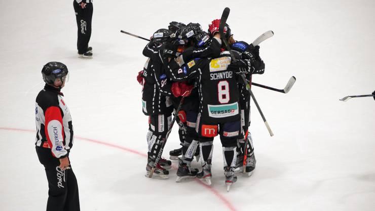 Die Red Lions Reinach jubeln über ihren Derbysieg gegen die Argovia Stars.