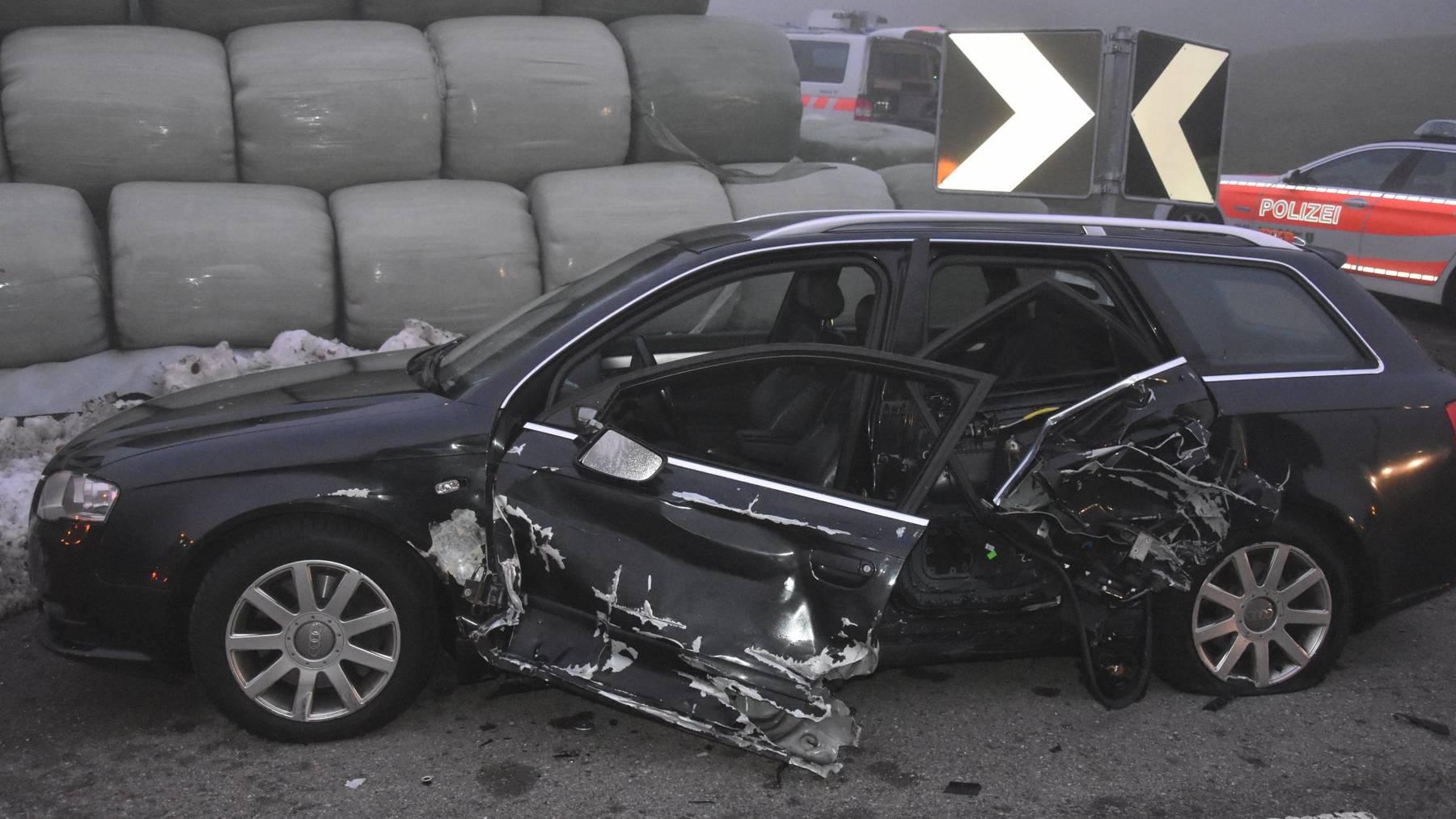 Beim Unfall wurden beide Autos total beschädigt.