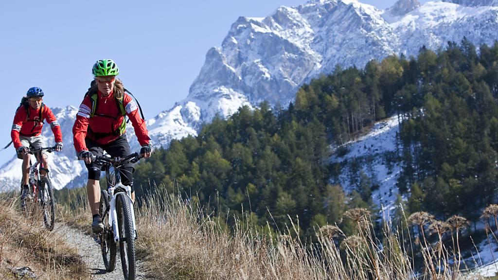 Biken ist im Kanton St. Gallen im Wald nur auf klassierten Strassen und Wegen erlaubt. (Symbolbild)