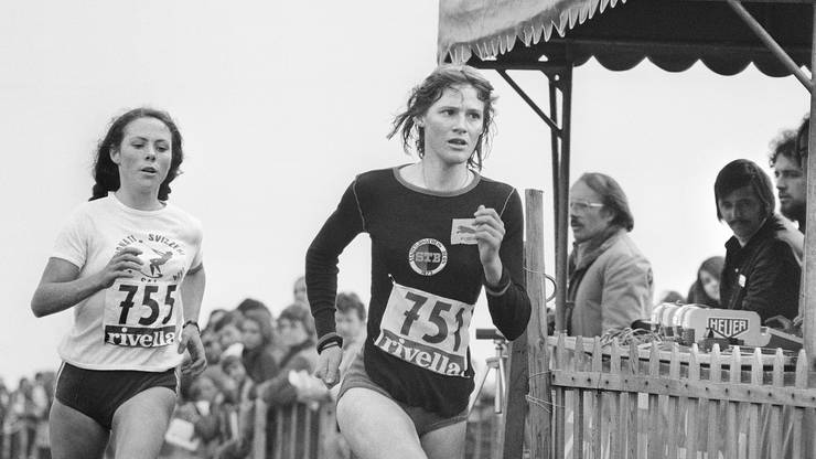 1975 gewann die erfolgreiche Spitzenleichtathletin Moser (rechts) das Cross Country Rennen an der Schweizermeisterschaft in Thun vor Cornelia Bürki.