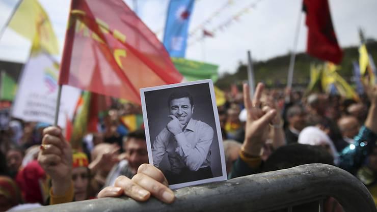 Eine Verurteilung des inhaftierten pro-kurdischen Politikers Selahattin Demirtas wegen einer Aussage im Fernsehen hat gegen das Recht auf freie Meinungsäusserung verstossen. Das hat der Menschenrechtsgerichtshof in Strassburg entschieden. (Archivbild)