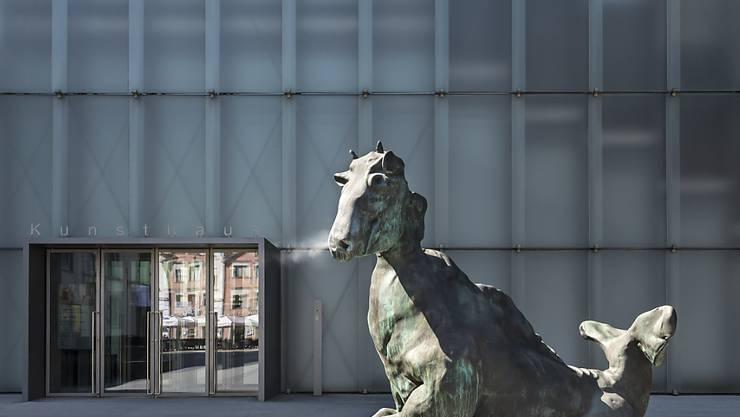 """Die Bronzeskulptur """"Drittes Tier"""" von Thomas Schütte heisst die Besucher des Kunsthauses Bregenz willkommen. Der deutscher Bildhauer zeigt in der KUB-Sommerausstellung neben Skulpturen auch Drucke und Architekturmodelle."""