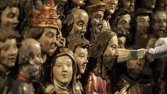Auch das letzte Stäubchen muss weg: Die Heiligenschar wird für die grosse Ausstellung im Forum Schweizer Geschichte Schwyz bereit gemacht.