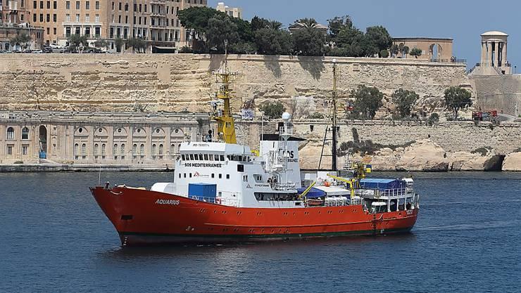 Das Seenotrettungsschiff «Aquarius» fährt am Donnerstag in den Hafen von Marseille ein.