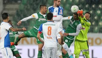 St. Gallens Siegestorschütze Nassim Ben Khalifa im Zweikampf mit GC-Keeper Heinz Lindner