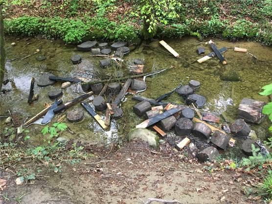 Oberrüti, Ostern 2019: Die Baumsitzgruppe beim Kindergartenspielplatz wurde ins Wasser geworfen. Vier Knaben im Alter von 12 bis 14 Jahren sind für die Schäden verantwortlich.