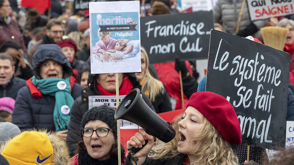 In Genf gingen rund tausend Menschen auf die Strasse. Sie protestierten gegen die steigenden Krankenkassenprämien.
