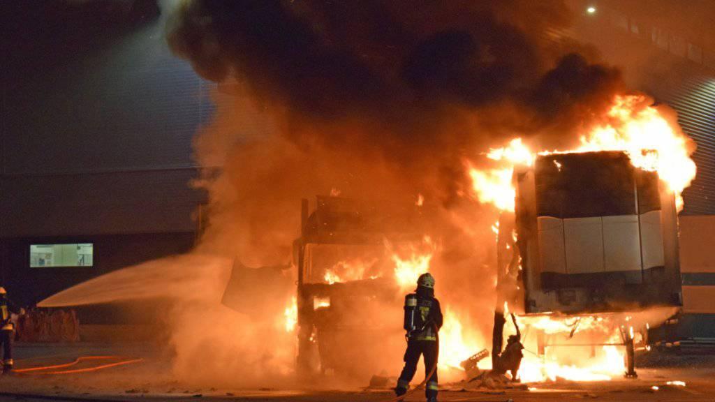 In Emmen sind zwei Lastwagenanhänger, in denen Lebensmittel gekühlt werden können, in Brand geraten. Verletzt wurde niemand.