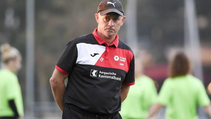 FCA-Frauen-Trainer  Trainer Charles Grütter sieht mit an, wie sein Team kurz vor Schluss in Rückstand geht und dann doch noch ausgleicht.
