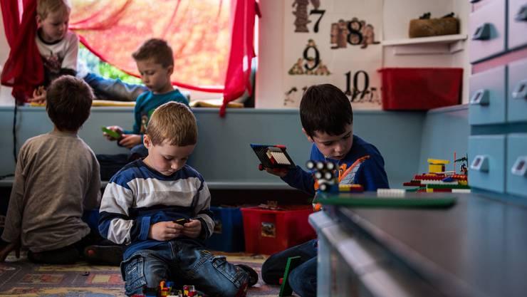 Häufig werden Kinder, die bereits knapp vierjährig in den Kindergarten sollen, ein Jahr später eingeschult. Symbolbild