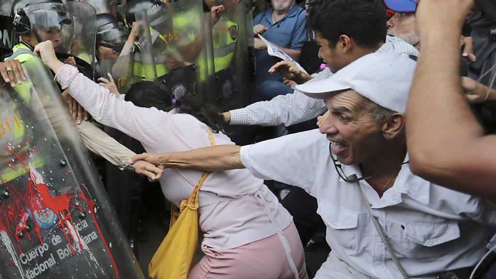 Marsch der Grosseltern in Caracas: Venezuelas Polizei geht auch gegen ältere Demonstranten mit Härte vor.